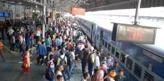 indian railway station crowd