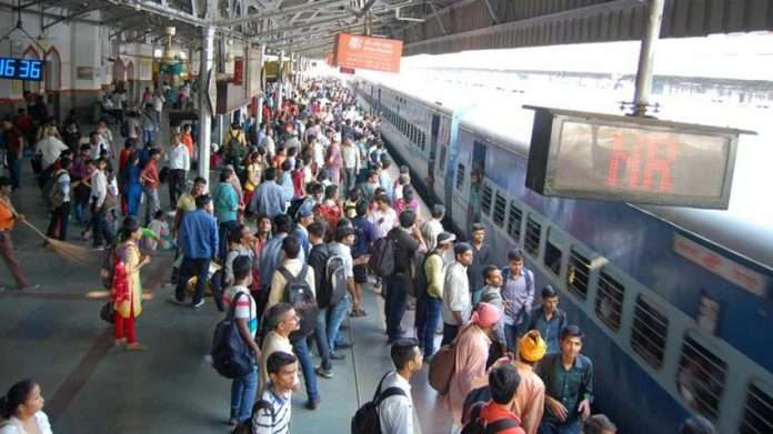 indian railway station crowd