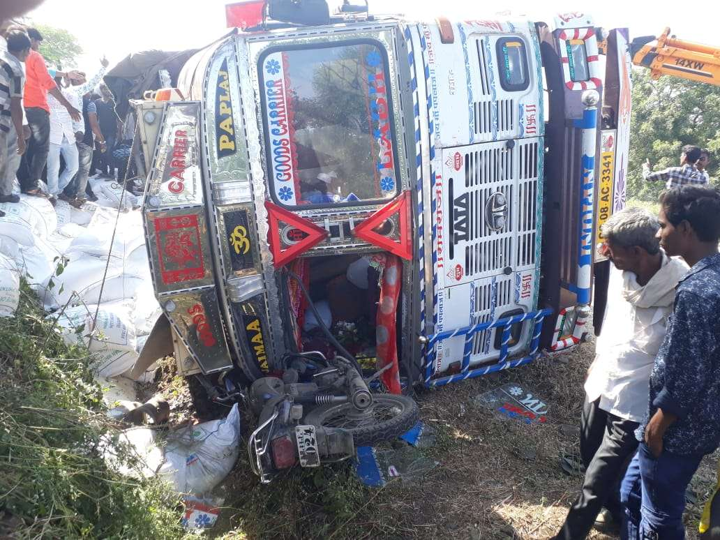 truck and bike accident in beed