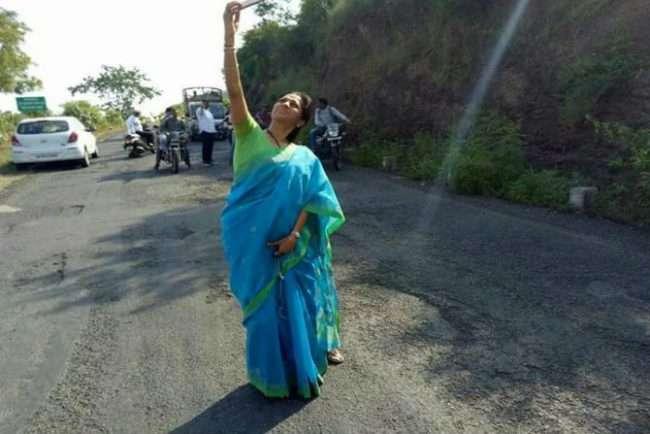 supriya-sule_Selfie_with_potholes