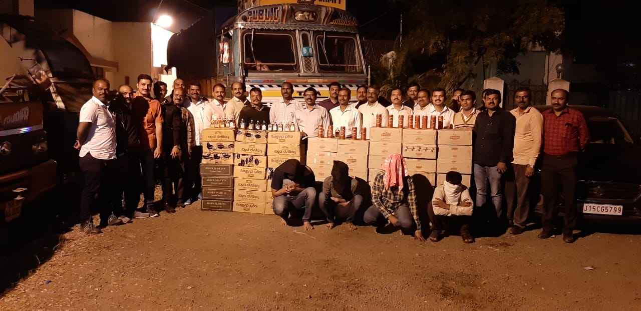 65 lakh rs branded liquor of daman seized in nashik