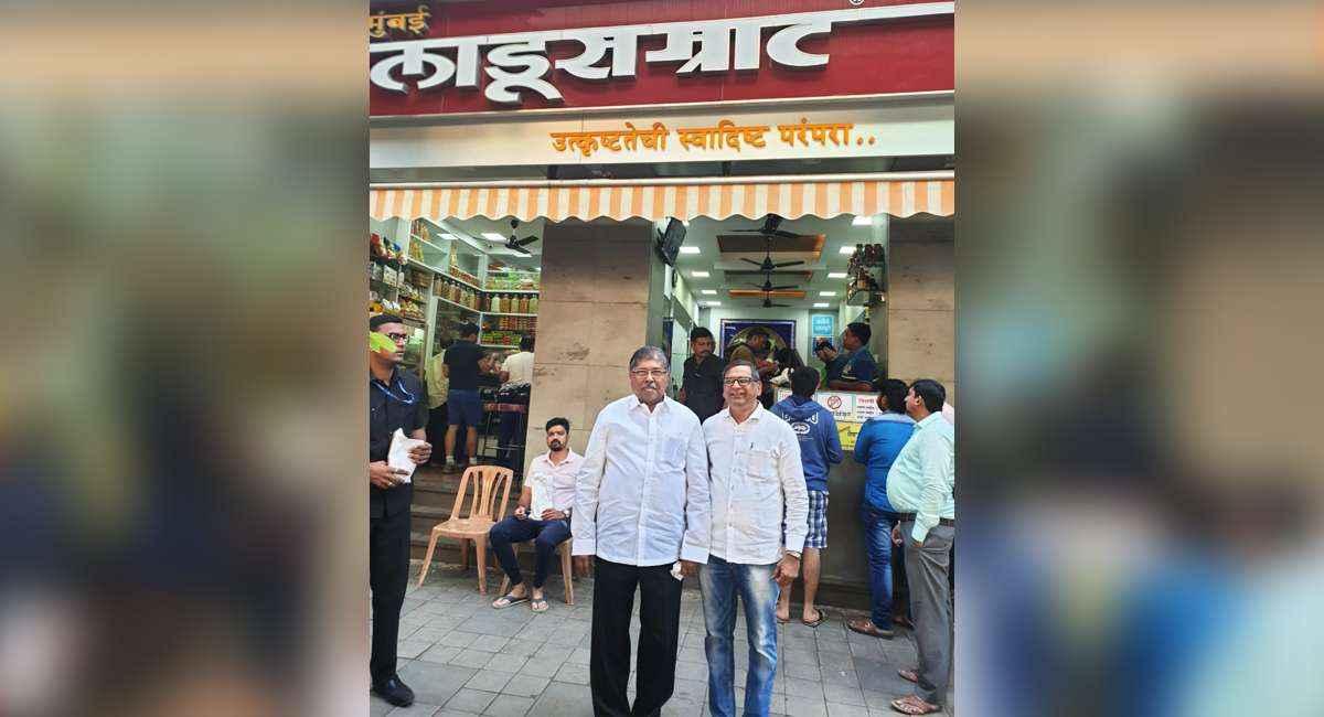 Revenue minister chandrakant patil eat batata vada in Lalbagh