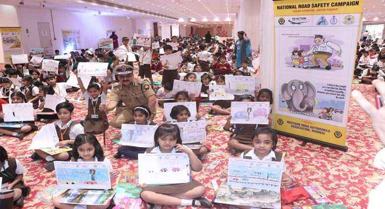 school childrens gives message of traffic rules