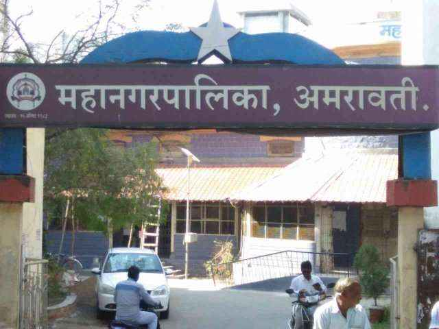 corporator husband Brawl at Amravati Municipal commissioner office