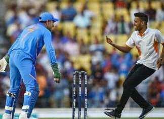 2nd ODI vs Australia when MS Dhoni's fan makes hin run on groud