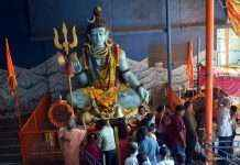 Crowd at Shiva temple on Mahashivratri
