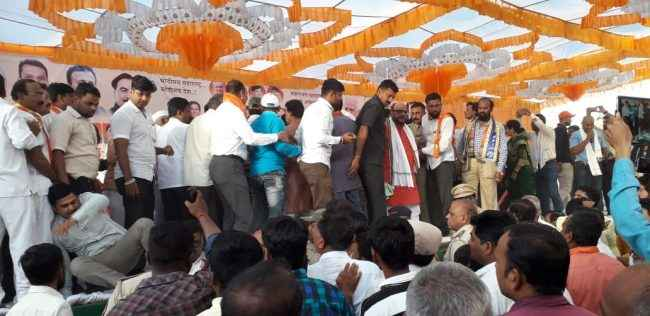 why former MLA b s patil bated by bjp leader uday wagh and his supporters at amalmer