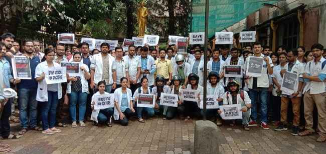 protest of residents and intern doctors in maharashtra