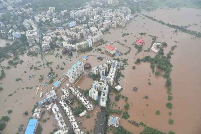 In Ulhasnagar, the leaders rushed to help the flood victims