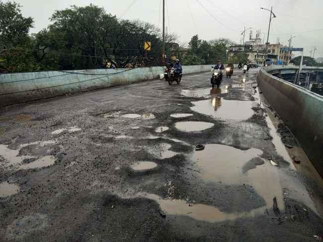 potholes on flyover in Bhiwandi