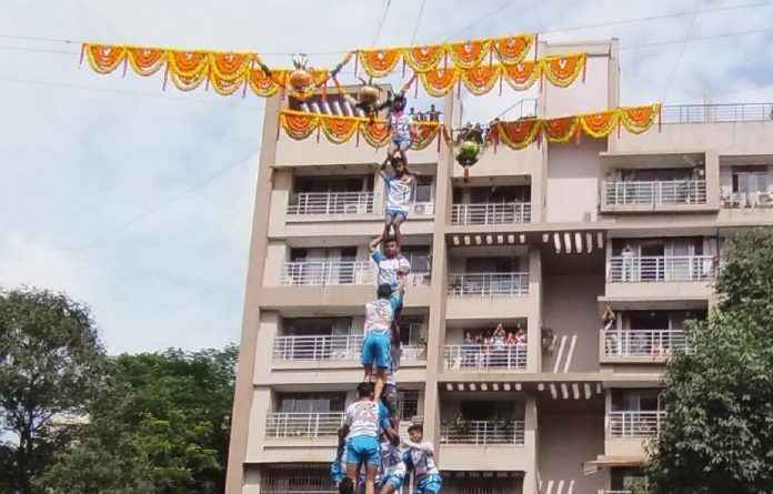dahi handi celebrate in thane by govinda pathak with social message