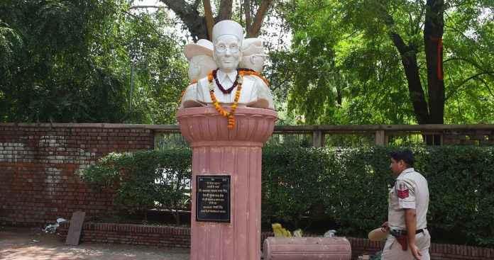 nsui student leader mutilated savarkar statue at Delhi University