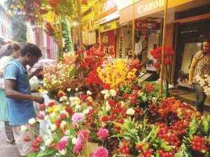 rush in market for Ganapati's arrival १