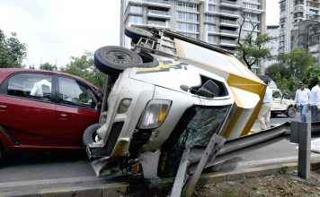 The accident of three cars in navi mumbai