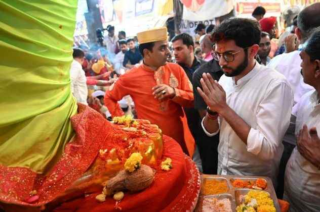 yuva sena chief aaditya thackeray visits lalbaugcha raja