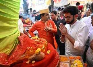 yuva sena chief aaditya thackeray visits lalbaugcha raja