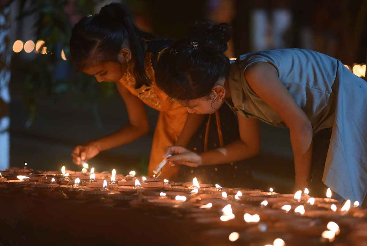 1 51 lakh earthen lamps light up mumbai on kojagiri purnima