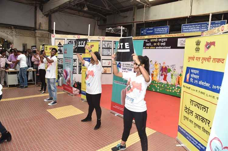 Voter awareness through the 'Flash Mob' at csmt station ५