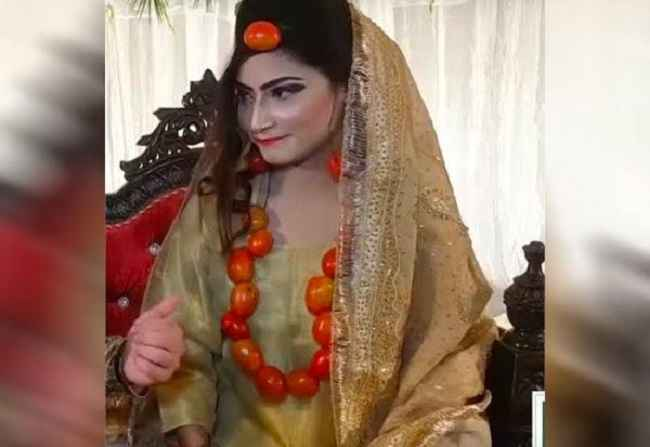 Pakistani bride wears jewellery made of tomatoes instead of gold