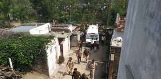 angry mob stone pelt ambulance hinganghat