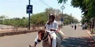 the old man reached akalkot on a horse for his wifes medicine
