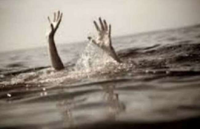 4 people are float with water flow in wardha district