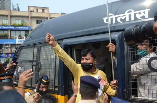 Due to the growing crowd, the police have finally arrested several BJP workers including Praveen Darekar, Leader of Opposition in the Legislative Council and MLA Prasad Lad