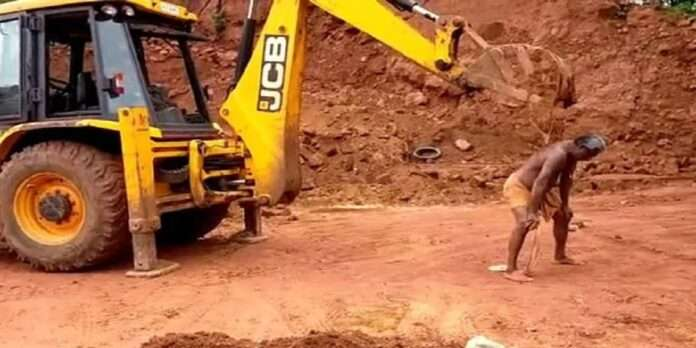Man Uses JCB Excavator To Scratch