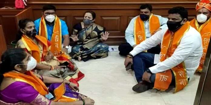 Mumbai mayor's sit-in agitation outside the hall with corporators