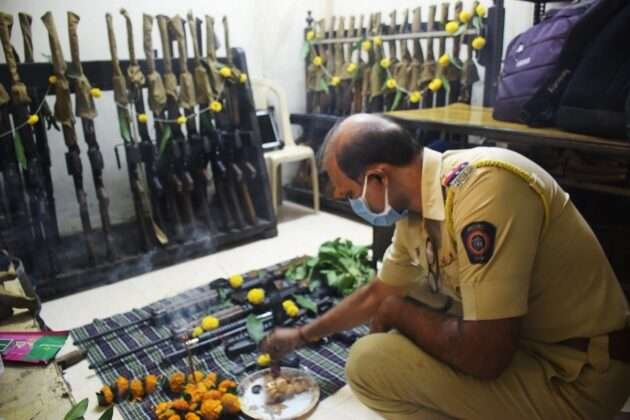 POLICE DOING WEAPONS POOJA ON DUSSEHRA FESTIVAL 1