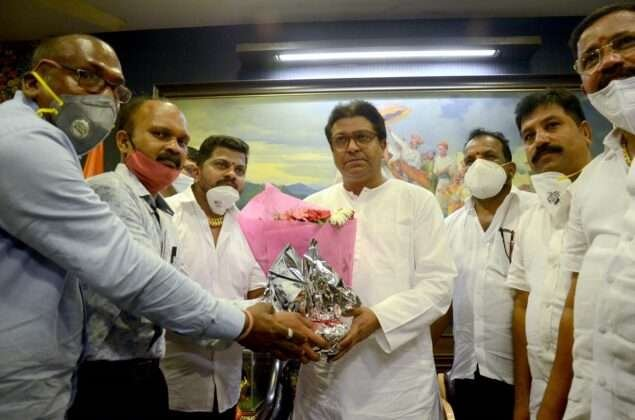 Then the next day, on October 7, he reached to meet sculptor Raj Thackeray in Pen.
