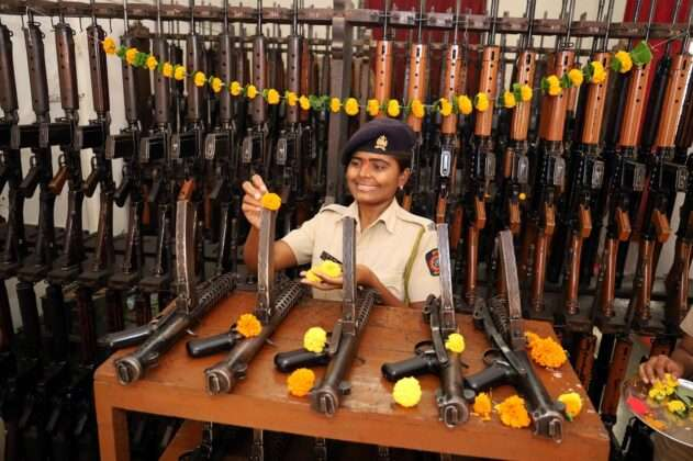 Thane POLICE DOING WEAPONS POOJA ON DUSSEHRA FESTIVAL 2