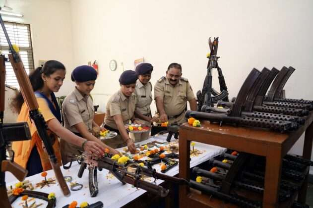 Thane POLICE DOING WEAPONS POOJA ON DUSSEHRA FESTIVAL 3