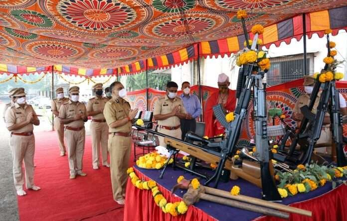 Thane POLICE DOING WEAPONS POOJA ON DUSSEHRA FESTIVAL
