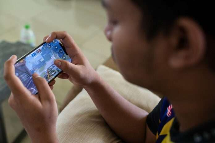 kids playing online games on mobile