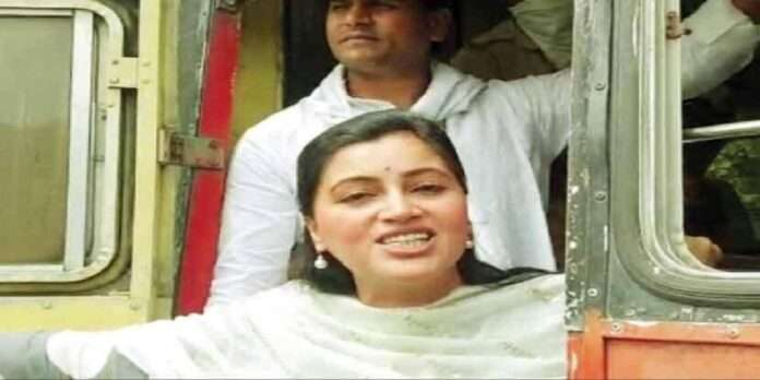 navneet rana and ravi rana travelling in st bus without wearing mask