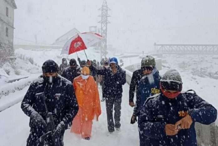 Up CM Yogi and Uttarakhand Chief Minister Trivendra Singh Rawat Trapped in Kedarnath Due to Heavy Snowfall
