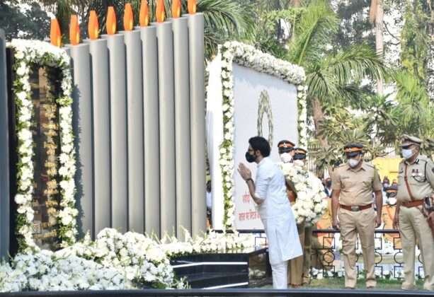 chief minister uddhav thackeray paid tributes to martyrs on 26/11 attack