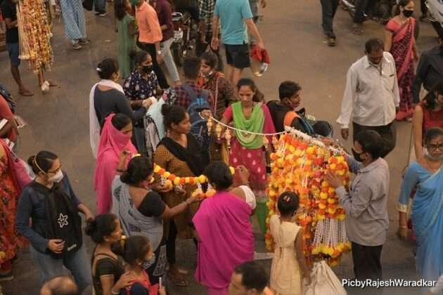 Huge crowd of people in Dadar for Diwali shopping 9
