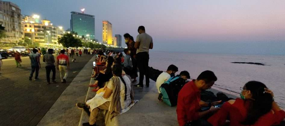 mumbai valentine's day special Crowds of couples on Marine Lines