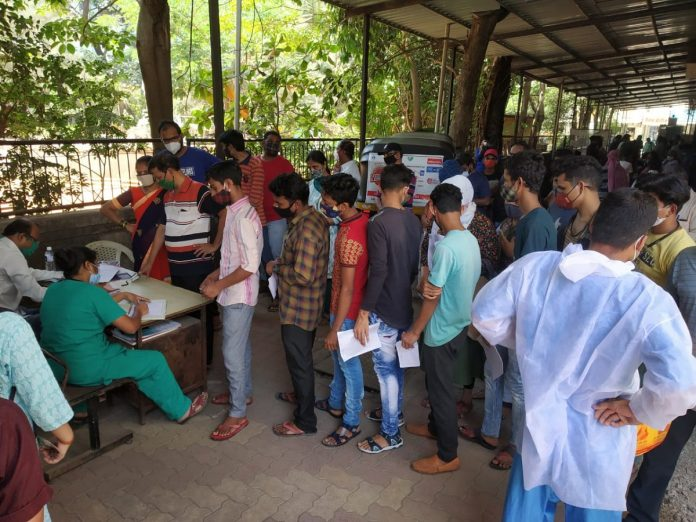Queues of Covid positive patients for admission in Shastrinagar Hospital Dombivli