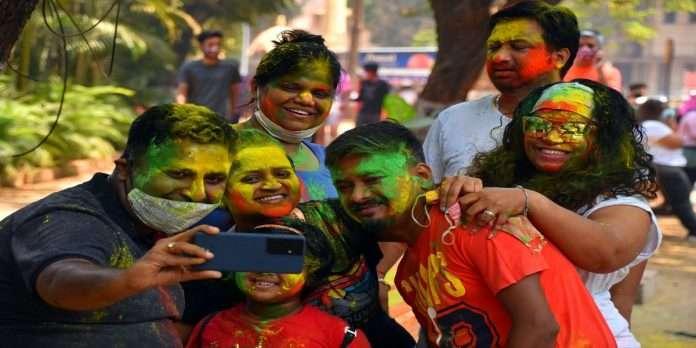 Mumbaikars celebrate Holi with Corona!