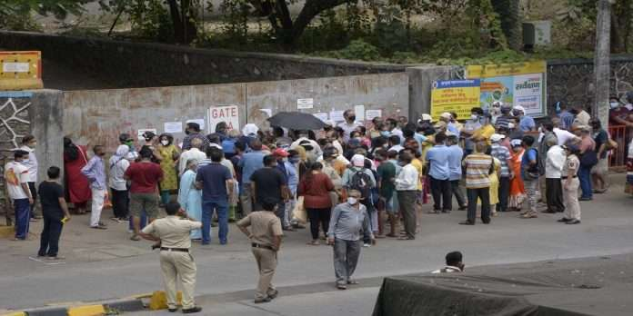 Corona Vaccination: Large queue of citizens for vaccination at NESCO Center!