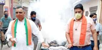 BJP leader from Meerut Gopal Sharma blows 'shankh' & spreads 'holy smoke' to help people recover from Coronavirus