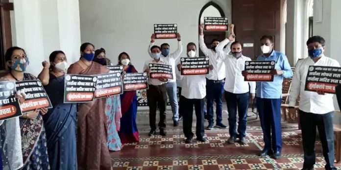 BJP corporators protest outside the mayor's office for free and immediate vaccination