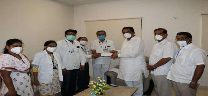 Jayant Patil takes first dose of Corona vaccine, pays for 10 vaccines to CM Assistance Fund