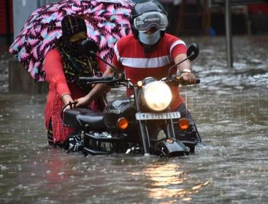 Photo: Heavy Rain In Mumbai, traffic disrupted