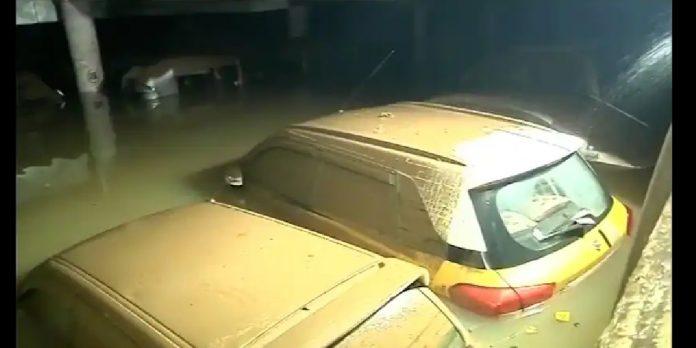 mumbai rains kandivali thakur complex bmc pay and park water logging 400 cars drowns