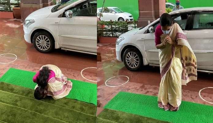 After becoming the Union Minister of State, Bharti Pawar bowed while going to Parliament