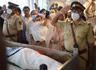 dilip kumar funeral photo viral saira banu shahrukh khan